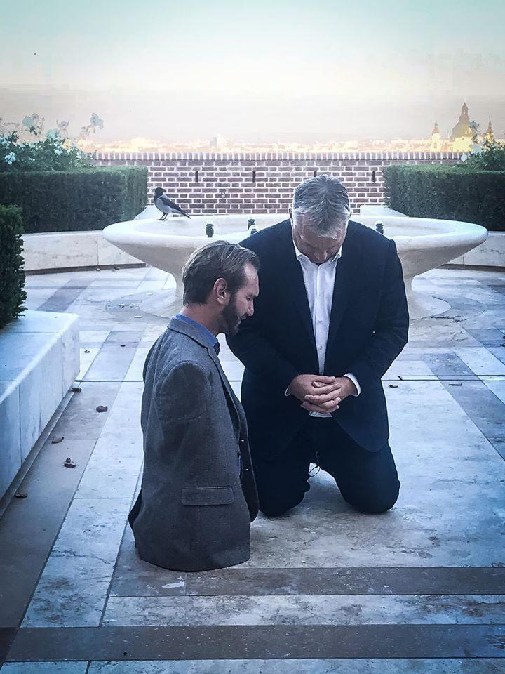 Hongrie : avant de donner une conférence à Budapest, l'évangéliste Nick Vujicic prie avec le Premier Ministre