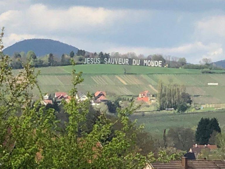 France : depuis son champ, un agriculteur invite les gens à se tourner vers Jésus