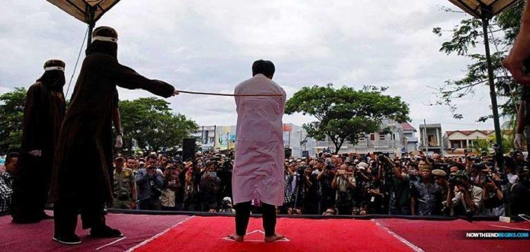 Indonésie : deux chrétiens flagellés et humiliés en public pour avoir enfreint la charia