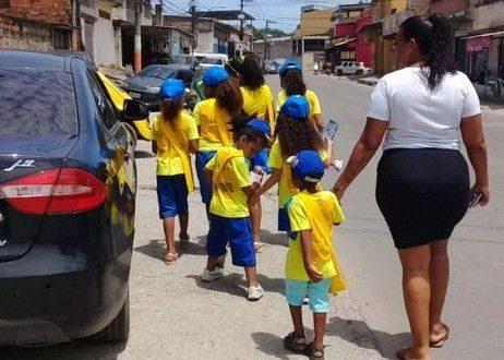 Brésil : Des enfants se déguisent en facteur pour évangéliser à Rio