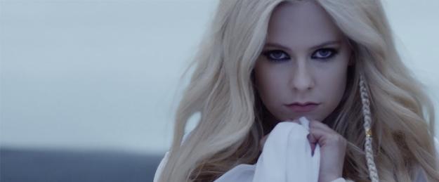 Avril Lavigne appelle Dieu à l'aide dans son dernier single